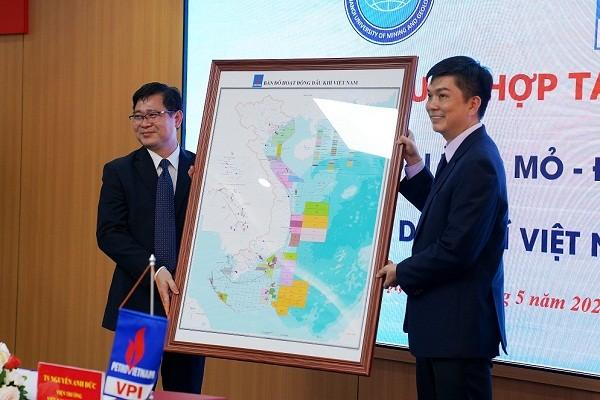 Viện Dầu khí Việt Nam trao tặng Bản đồ hoạt động dầu khí Việt Nam cho Đại học Mỏ - Địa chất.