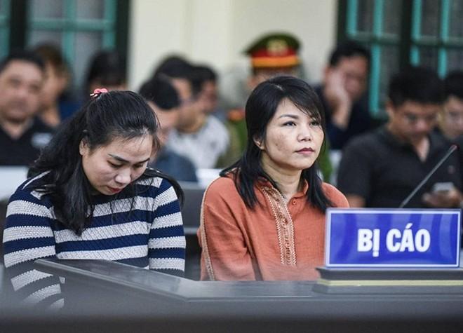 Nguyễn Thị Vân (bên trái) và đồng phạm tại phiên tòa sơ thẩm.
