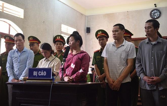 Bị cáo Trần Thị Hiền (thứ hai, từ trái sang) cùng các đối tượng trong vụ án.