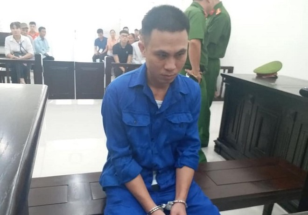 Nguyễn Viết Sáng trong lúc chờ tòa nghị án.