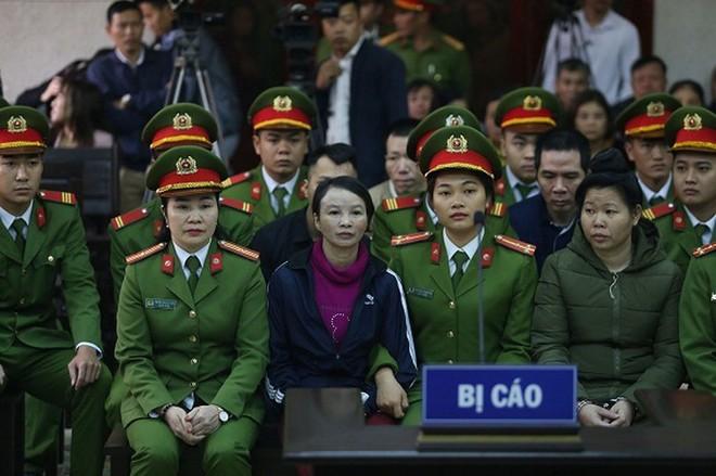 Bị cáo Trần Thị Hiền (mẹ nữ sinh giao gà, bên trái) tại phiên tòa sơ thẩm.