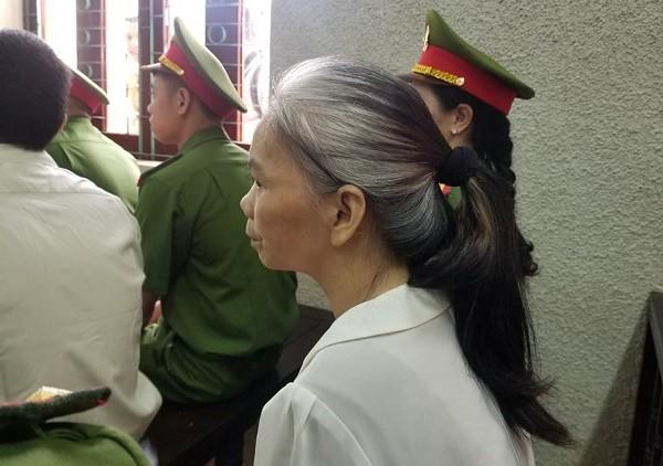 Bùi Thị Kim Thu (vợ bị cáo Công) đấm đồng bọn của chồng ngay tại phiên tòa.