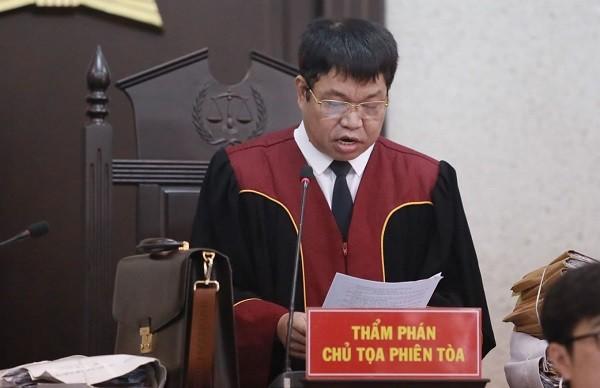 Chủ tọa phiên tòa, Thẩm phán Bùi Xuân Trọng công bố bản án phúc thẩm.