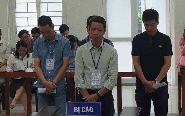 Bị cáo Thạch Tuấn Anh (giữa) và các bị cáo liên quan tại phiên tòa