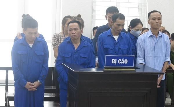 """Các bị cáo trong """"đại gia đình"""" mua bán ma túy bị đưa ra xét xử tại phiên tòa."""