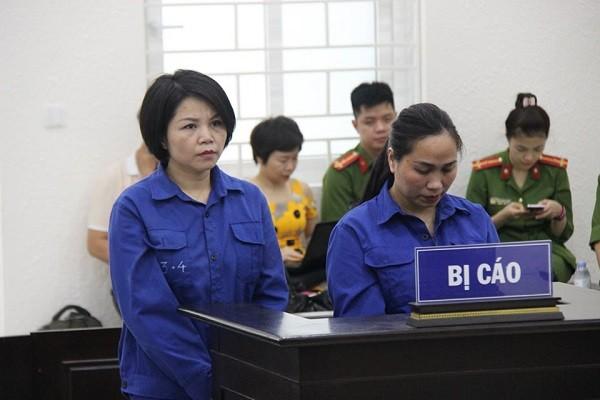 Bị cáo Nguyễn Thị Vững (bên trái) tại phiên tòa phúc thẩm.