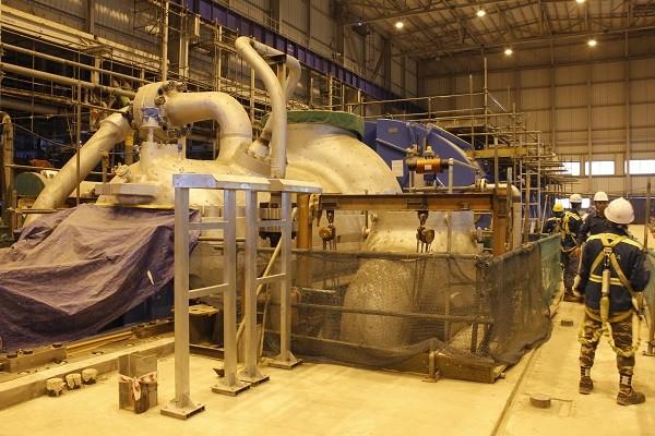Công nhân lắp đặt Tổ máy phát điện NMNĐ Sông Hậu 1