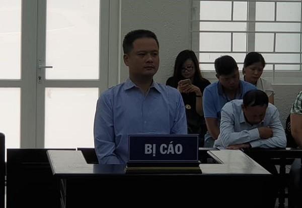 Cựu cán bộ địa chính Phùng Quốc Ân bị đưa ra tòa xét xử.