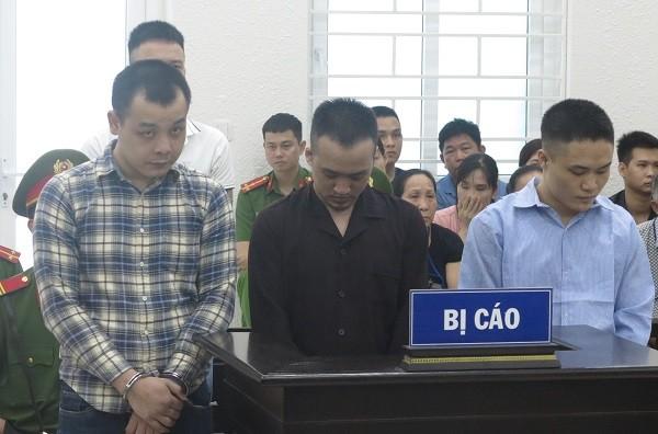 Các bị cáo bị đưa ra xét xử tại phiên tòa.