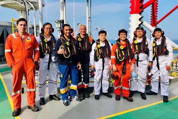 Niềm vui của những người tìm kiếm thăm dò dầu khí ngoài khơi thềm lục địa.