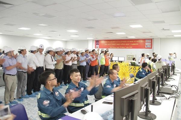 Lãnh đạo PVN, Tổng thầu LILAMA và đại biểu chứng kiến dấu mốc đốt lửa lần đầu Lò hơi Tổ máy số 1 NMNĐ Sông Hậu 1.