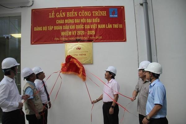Thực hiện nghi thức gắn biển công trình chào mừng Đại hội Đảng bộ Tập đoàn lần thứ III.