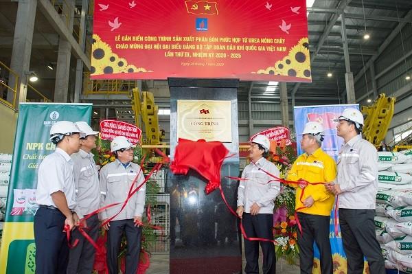 Nghi thức gắn biển công trình sản xuất phân bón phức hợp từ urea nóng chảy chào mừng Đại hội Đảng bộ Tập đoàn lần III, nhiệm kỳ 2020-2025.