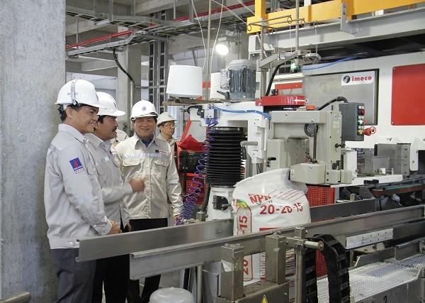 Đoàn đại biểu tham quan dây chuyển sản xuất phân bón phức hợp từ urea nóng chảy của Đạm Cà Mau.