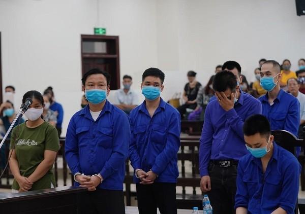 """""""Trùm"""" đa cấp Thăng Long Lê Văn Quang (thứ hai, từ trái sang) và đồng phạm tại tòa."""