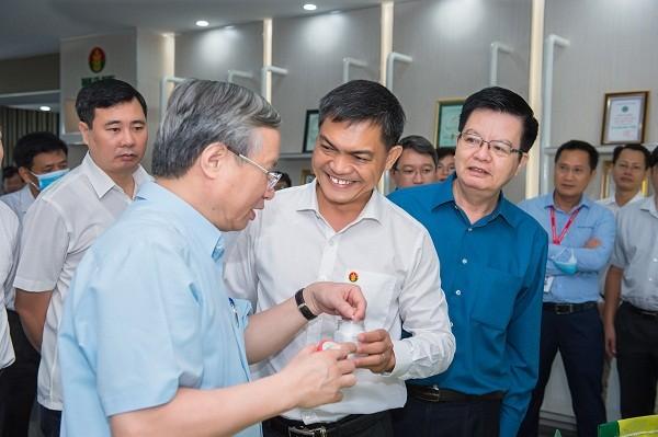 Tổng giám đốc PVCFC báo có đồng chí Trần Quốc Vượng cùng đoàn công tác về tình hình sản xuất, kinh doanh của doanh nghiệp.