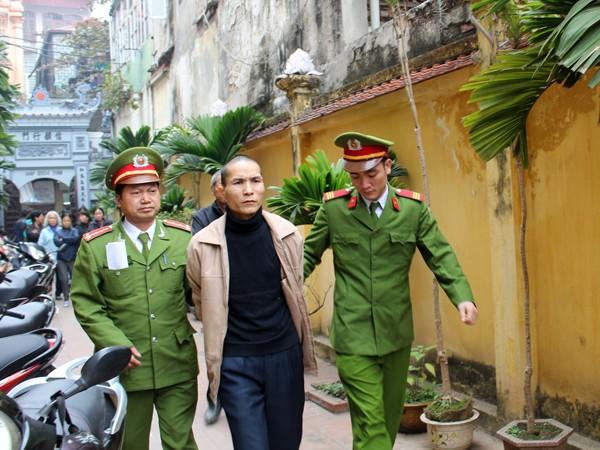 Quân bị Cảnh sát dẫn giải đến phiên tòa lưu động