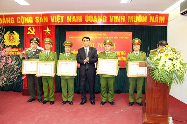 Đại diện tập thể, cá nhân được nhận Bằng khen do Bộ Công an và Tổng cục Cảnh sát khen thưởng