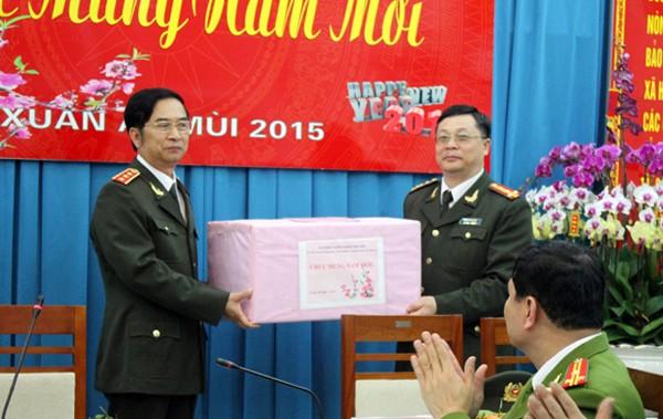Thượng tướng Đặng Văn Hiếu tặng quà cho CBCS CAQ Hai Bà Trưng