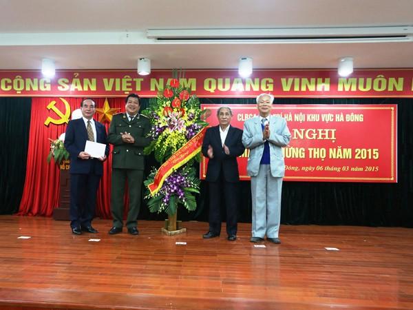 Thiếu tướng Lưu Quang Hợi tặng lẵng hoa và quà đến CLBCA hưu trí khu vực Hà Đông