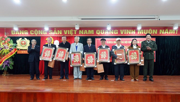 Thiếu tướng Lưu Quang Hợi tặng quà mừng thọ cho 16 hội viên thuộc độ tuổi 70, 75 và 80 trong năm 2015