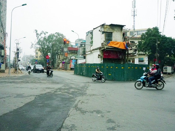 Tính đến ngày 13-3, tuyến đường Trần Phú - Kim Mã đã thông xe và còn lại duy nhất hộ gia đình bà Dăm tại số 8 Lê Trực chưa chịu bàn giao mặt bằng để chủ đầu tư thực hiện nốt dự án theo đúng tiến độ