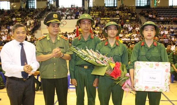 Thiếu tướng Nguyễn Đức Chung cùng lãnh đạo huyện Thanh Trì tặng hoa, chúc mừng các tân binh
