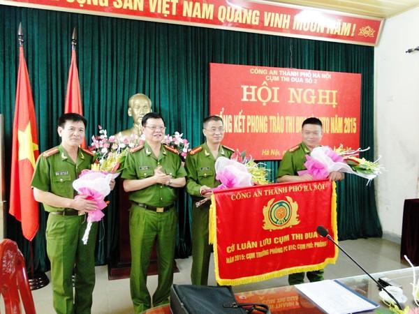 Đại tá Đào Thanh Hải tặng hoa và trao cờ luân lưu đơn vị Cụm trưởng, Cụm phó Cụm thi đua số 2, năm 2015 và 2016
