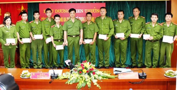 Đại tá Nguyễn Duy Ngọc – Phó Giám đốc CATP Hà Nội, Thủ trưởng cơ quan CSĐT tặng Giấy khen của Giám đốc CATP cho các tập thể , cá nhân tham gia chuyên án
