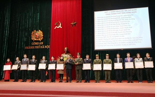 Đại diện Ban Thi đua khen thưởng thành phố cùng Thiếu tướng Bạch Thành Định tặng Bằng khen của UBND TP Hà Nội cho các cá nhân, tập thể có thành tích xuất sắc