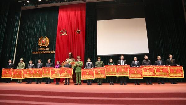 Thiếu tướng Đinh Văn Toản trao tặng Cờ thi đua của UBND TP Hà Nội cho các tập thể, cá nhân có thành tích xuất sắc