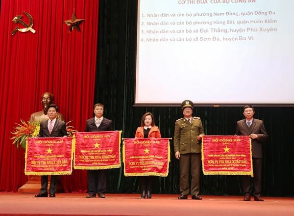 Thiếu tướng Lương Ngọc Dương trao tặng Cờ thi đua cho các tập thể có thành tích xuất sắc trong phong trào toàn dân bảo vệ ANTQ
