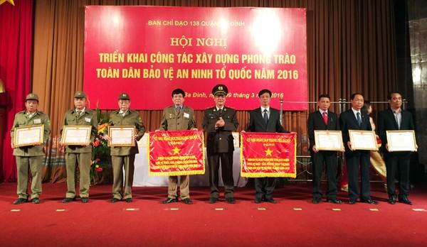 Thiếu tướng Bạch Thành Định trao tặng cờ thi đua và bằng khen cho các tập thể có thành tích xuất sắc trong năm 2015