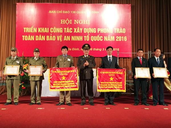 Thiếu tướng Bạch Thành Định, Phó Giám đốc CATP Hà Nội biểu dương kết quả, thành tích trong công tác triển khai phong trào toàn dân bảo vệ ANTQ năm 2015 của quận Ba Đình