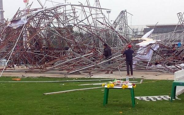 Nguyên nhân ban đầu được xác định do khung thép sân khấu yếu, màn hình led nặng và gió to dẫn đến bị sập