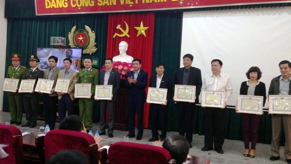 Đồng chí Nguyễn Phong Cầm, Phó chủ tịch UBND quận, Trưởng BCĐ 197 quận Ba Đình trao thưởng cho các cá nhân, tập thể có thành tích xuất sắc trong đợt cao điểm (từ 25-11-2015/28-2-2016)