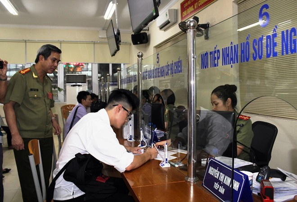 Tại bộ phận tiếp nhận hồ sơ đề nghị cho công dân khai tờ khai cấp hộ chiếu qua mạng Internet của Phòng Quản lý xuất nhập cảnh CATP Hà Nội
