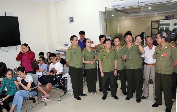 Chỉ huy Phòng Quản lý xuất nhập cảnh, CATP Hà Nội, giới thiệu với đại biểu về mô hình hoạt động cho công dân Thủ đô khai tờ khai cấp hộ chiếu qua mạng Internet