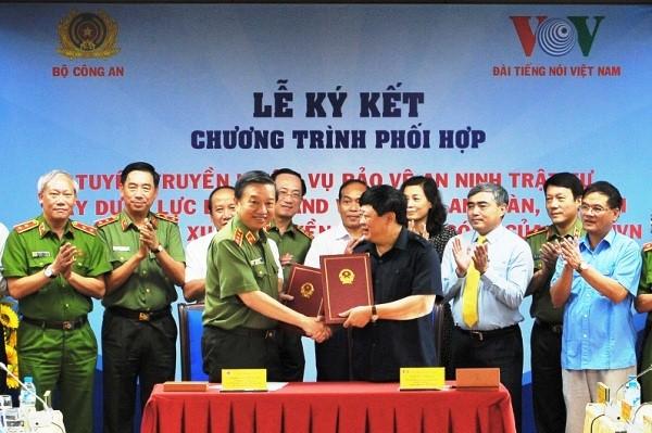 Thượng tướng Tô Lâm, Ủy viên Bộ Chính trị, Bộ trưởng Bộ Công an và đồng chí Nguyễn thế Kỷ, Ủy viên Ban Chấp hành Trung ương Đảng, Tổng Giám đốc Đài Tiếng nói Việt Nam ký kết quy chế phối hợp giữa hai bên