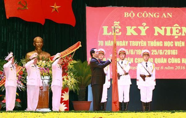Chủ tịch nước Trần Đại Quang gắn Huân chương lên Cờ truyền thống