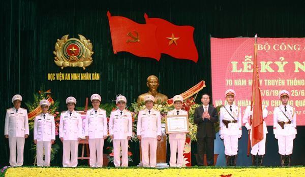 Chủ tịch nước Trần Đại Quang trao Huân chương Quân công hạng Nhất cho Học viện An ninh nhân dân.