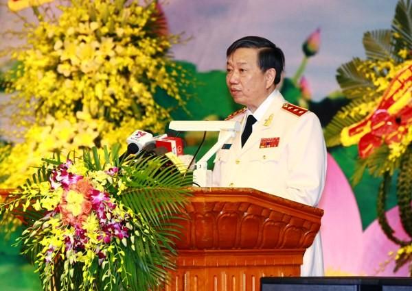 Thượng tướng Tô Lâm, Ủy viên Bộ Chính trị, Bộ trưởng Bộ Công an đọc diễn văn tại lễ kỷ niệm 70 năm Ngày truyền thống lực lượng ANND (12-7-1946/12-7-2016) và đón nhận danh hiệu Anh hùng LLVTND thời kỳ đổi mới