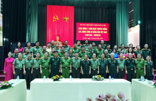 Đại diện Đảng ủy, Ban giám đốc CATP Hà Nội và Hội Cựu chiến binh TP Hà Nội chụp ảnh lưu niệm