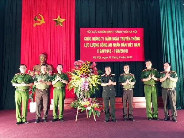 Hội Cựu chiến binh TP Hà Nội trao tặng lẵng hoa tươi thắm, chúc mừng Đảng ủy, Ban giám đốc CATP Hà Nội nhân dịp kỷ niệm 71 năm ngày truyền thống lực lượng CAND Việt Nam (19-8-1945 / 19-8-2016)