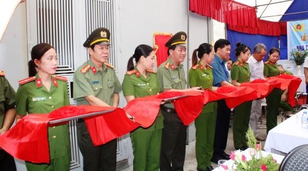 Đại tá Đoàn Ngọc Hùng cùng đại diện các ban ngành và thân nhân gia đình liệt sĩ CAND Nguyễn Văn Minh cắt băng khánh thành nhà tình nghĩa