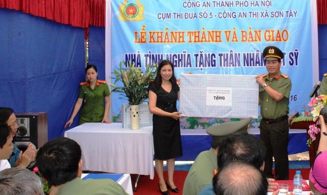 Đại tá Đoàn Ngọc Hùng thay mặt Đảng ủy, BGĐ - CATP Hà Nội trao tặng quà cho gia đình thân nhân liệt sĩ Nguyễn Văn Minh