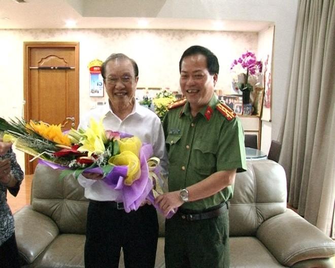 Đại tá Đoàn Ngọc Hùng cùng đoàn công tác CATP Hà Nội thăm hỏi, tặng hoa chúc mừng đồng chí Tạ Văn Thi, nguyên Phó giám đốc CATP Hà Nội nhân dịp kỷ niệm 71 năm ngày truyền thống lực lượng CAND