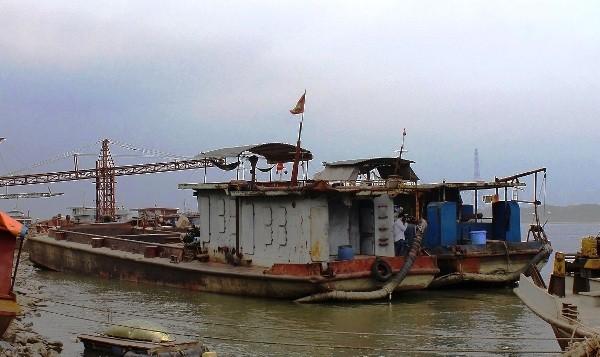 CAH Ba Vì bắt giữ tàu hút cát trái phép đưa về tạm giữ tại cảng Sơn Tây