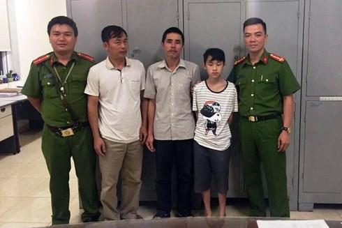 Gia đình ông Chương vô cùng xúc động khi được các CBCS - CAP Trương Định trao bé Thọ sau 3 tuần bị lạc