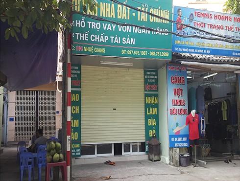 Tiệm cầm đồ, tư vấn nhà đất và tài chính bị nhóm đối tượng bịt mặt nổ súng bắn vào cửa